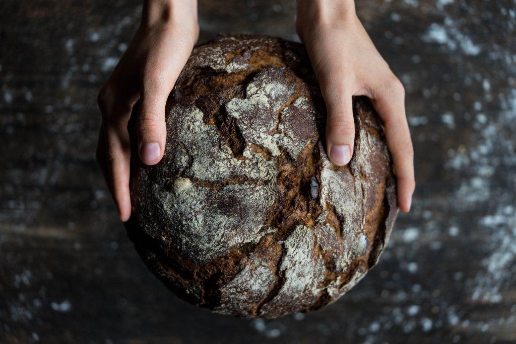 """La bière peut être comparée au pain, elle naît de l'amidon et autres molécules primordiales que l'on trouve la plupart du temps dans les céréales, du travail de levures spécifiques, et d'un savoir faire artisanal ancien. C'est pourquoi, on parle parfois de """"pain liquide""""."""